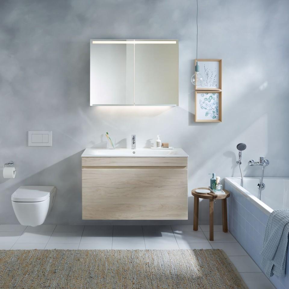 Geschosswohnungsbau, Badezimmer, Badmöbel, Lichtspiegel
