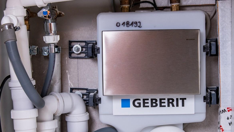 Geberit Hygienespülung versteckt unter einer Küchenspüle