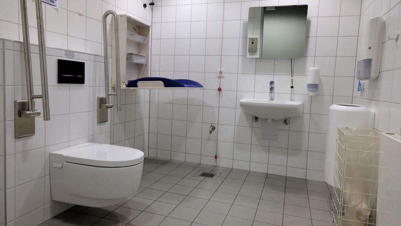 Barrierefreier Sanitärraum mit viel Bewegungsfreiheit, Geberit AquaClean Mera