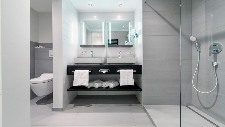 Duschrinne Geberit CleanLine, Aufsatz-Waschtisch Geberit VariForm, Lichtspiegel Geberit Option