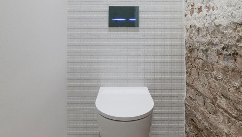 Wand-WC Geberit iCon, Betätigungsplatte Geberit Sigma80, Artspace KanyaKage, Berlin-Kreuzberg