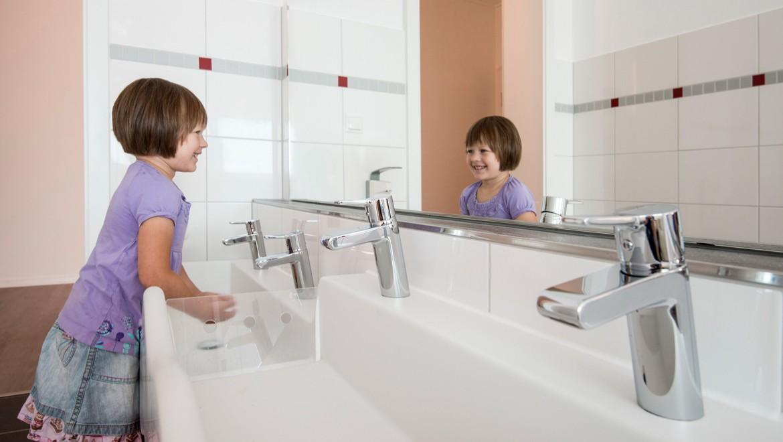 Die Geberit Bambini Spiel- und Waschlandschaft für vier Waschtischarmaturen ist wellenförmig und besteht aus zwei unterschiedlich hohen Ebenen
