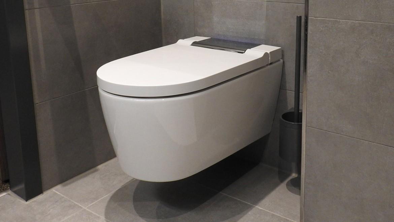 Hotel RiKu Pfullendorf, Dusch-WC Geberit AquaClean Sela mit Wandbedienpanel in Weiß