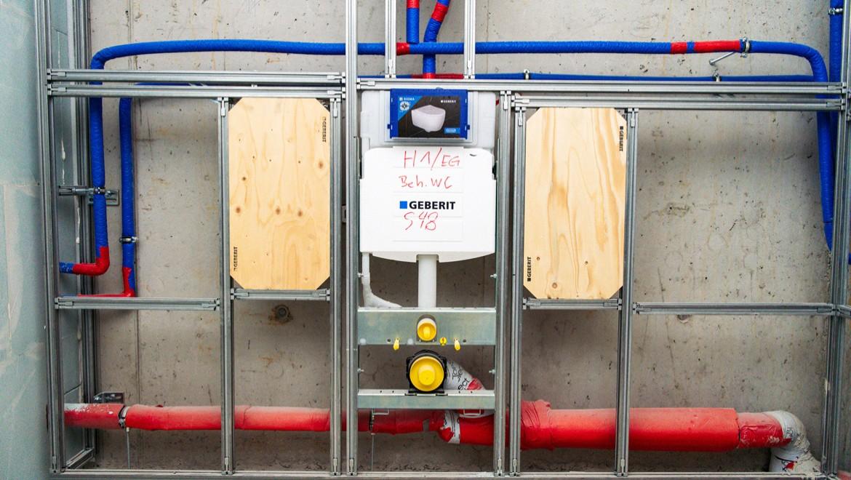 Barrierefreie Sanitärräume mit Montageplatten für Stützgriffe an den WCs