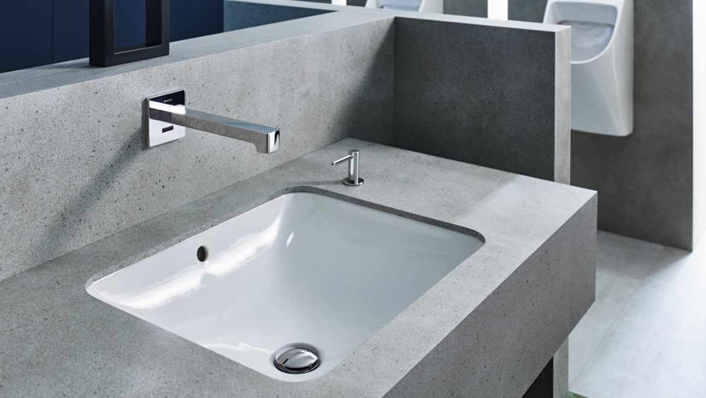 (Halb-)Öffentlicher Sanitärbereich; Geberit Armaturensystem Brenta Wandarmatur, Waschtisch Geberit VariForm, Geberit Urinal Renova