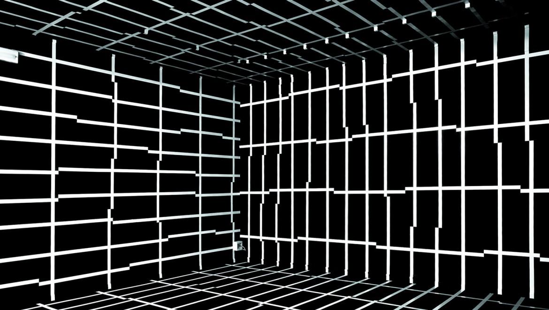 """""""In der formalen Betrachtung existiert die Wand nur als Oberfläche, als Begrenzung von Körper und Raum, wobei im Prinzip die eine Seite der Wand von der anderen nichts weiß. (Feldtkeller)"""", Galleria Contemporaneo, Mestre, 2006, Foto: Primoz Bizjak"""