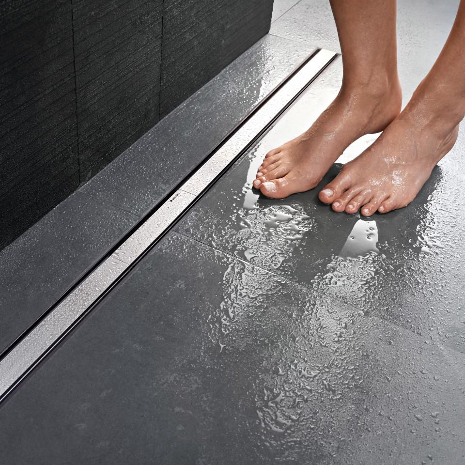 Mit Duschrinnen und rutschhemmenden Fliesen lassen sich altersgerechte und komfortable Duschbereiche individuell gestalten.