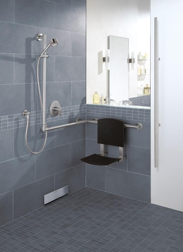Mit der richtigen Vorbereitung hinter der Wand lassen sich Haltesysteme und Duschklappsitze sehr einfach nachinstallieren.
