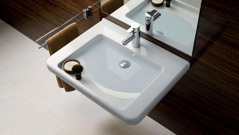 Waschtisch mit Wasserstufe zur halben Befüllung für halbtrockenen Ablagebereich in Nutzernähe.