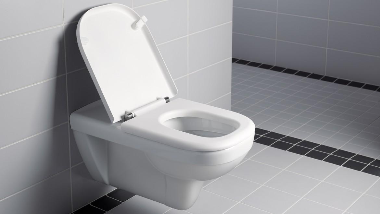 Ein WC mit vergrößerter Ausladung hilft unter anderem beim Übersetzen aus dem Rollstuhl.