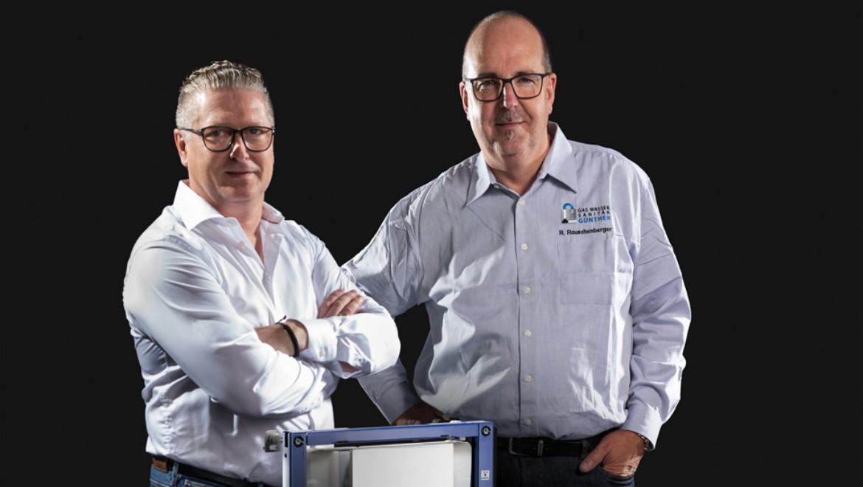 Die SHK-Unternehmer Michael Scholz und Rainer Rauschenberger schätzen die Zuverlässigkeit des Geberit Sigma UP-Spülkastens und verlegen standardmäßig einen Stromanschluss bei jedem Neueinbau.